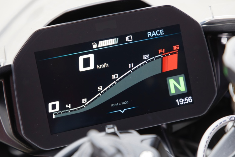 2019-BMW-S1000RR-Display-1